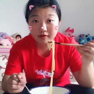 #云南过桥米线##吃秀#今天吃过桥米线,从@帅宝爱婷婷?? 家买的,还加了点丸子??,好吃,吃货心切,买了的明太鱼忘记拿出来了!第一次煮汤放少了,一大包量很多,我都没吃完,哈哈哈