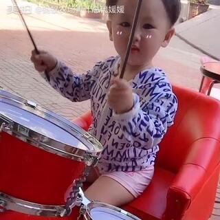 😂爷爷给#小梦阳#买的新玩具 有模有样呢#宝宝#