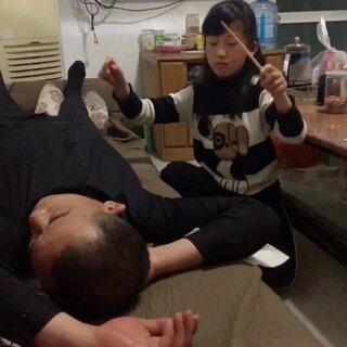 爸爸喝醉睡着了…要是醒来看见这个视频我可能要凉